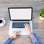 Homeoffice mit Laptop und Kaffee