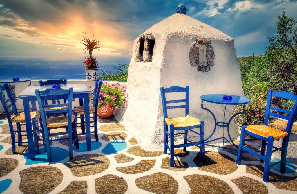 Blaue Stühle aus der griechischen Taverne zur mediterranen Gestaltung von Balkon und Terrasse