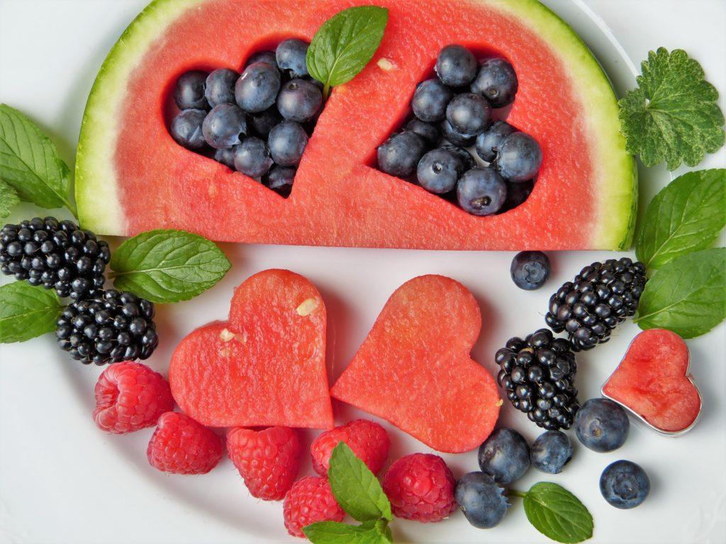 Wassermelone und Beeren erfrischen im Sommer